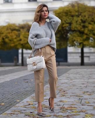 Cómo combinar un jersey oversized gris: Haz de un jersey oversized gris y un pantalón de vestir marrón claro tu atuendo para conseguir una apariencia glamurosa y elegante. Zapatos de tacón de ante de leopardo blancos son una opción buena para complementar tu atuendo.