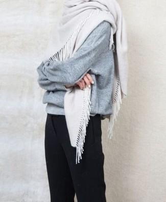 Cómo combinar: jersey oversized gris, pantalón de vestir negro, bufanda blanca