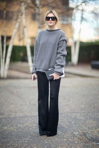 Cómo combinar: jersey oversized gris, pantalones anchos negros, cartera sobre de cuero negra, gafas de sol negras