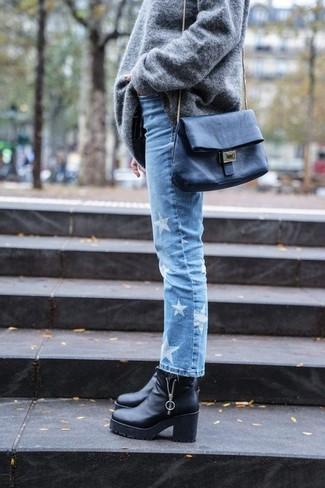 Cómo combinar: jersey oversized gris, vaqueros de estrellas celestes, botines de cuero gruesos negros, bolso bandolera de cuero negro