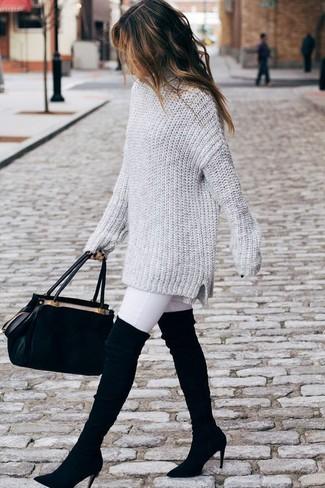 Cómo combinar: jersey oversized de punto gris, vaqueros pitillo blancos, botas sobre la rodilla de ante negras, bolso de hombre de ante negro