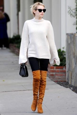 Cómo combinar: jersey oversized blanco, leggings negros, botas sobre la rodilla de ante en tabaco, cartera de cuero negra