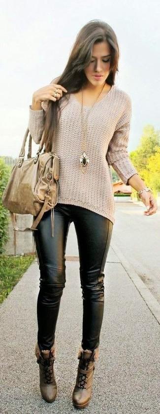 Cómo combinar: jersey oversized en beige, leggings de cuero negros, botines con cordones de cuero marrónes, bolsa tote de cuero marrón claro