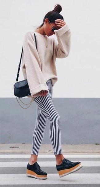Cómo combinar: jersey oversized en beige, leggings de rayas verticales en negro y blanco, mocasín con plataforma de cuero negro, bolso bandolera de cuero negro
