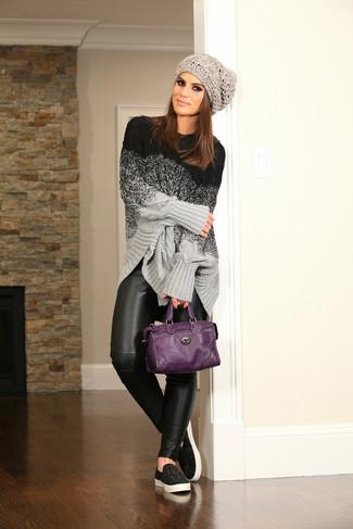 Cómo combinar: jersey oversized de punto gris, leggings de cuero negros, zapatillas slip-on negras, bolsa tote de cuero morado