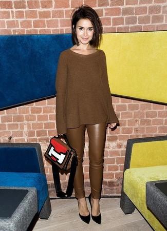 Cómo combinar: jersey oversized de punto marrón, pantalones pitillo de cuero marrónes, zapatos de tacón de ante negros, bolso de hombre de cuero en multicolor