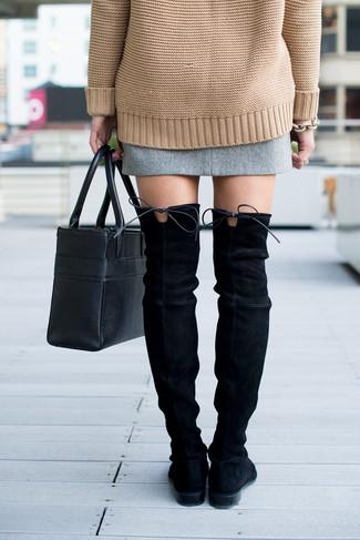 Cómo combinar: jersey oversized de punto marrón claro, minifalda de tweed gris, botas sobre la rodilla de ante negras, bolsa tote de cuero negra