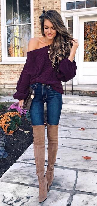 Cómo combinar: jersey oversized de punto morado oscuro, vaqueros pitillo azules, botas sobre la rodilla de ante marrón claro, cartera sobre de cuero estampada en marrón oscuro