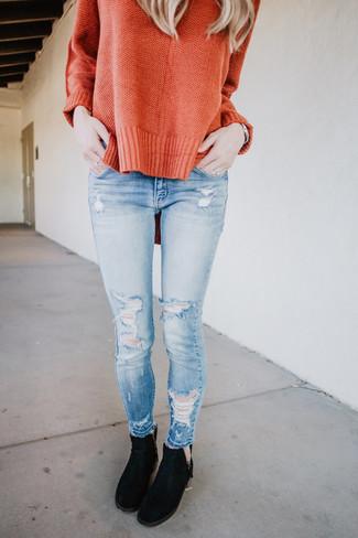 Cómo combinar: jersey oversized naranja, vaqueros pitillo desgastados celestes, botines chelsea de ante negros, reloj plateado
