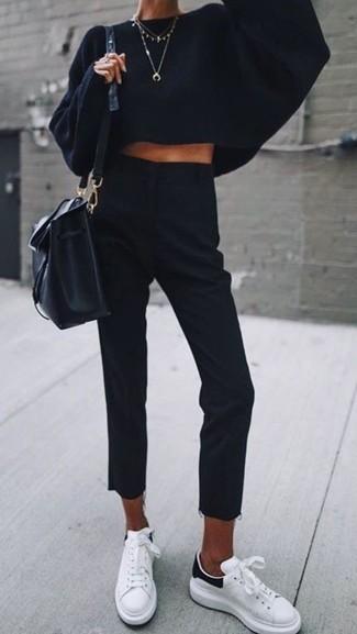 Cómo combinar: jersey oversized de punto negro, pantalón de vestir negro, tenis de cuero blancos, mochila con cordón de cuero negra