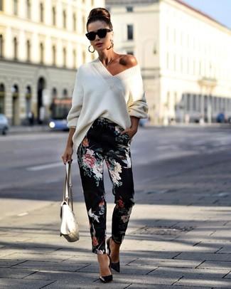 Cómo combinar un jersey oversized de punto blanco: Considera emparejar un jersey oversized de punto blanco con un pantalón de pinzas con print de flores negro para conseguir una apariencia glamurosa y elegante. Zapatos de tacón de cuero negros son una opción incomparable para completar este atuendo.