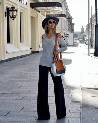 Cómo combinar: jersey oversized con recorte gris, pantalones anchos negros, bolso bandolera de cuero marrón, sombrero de lana en gris oscuro