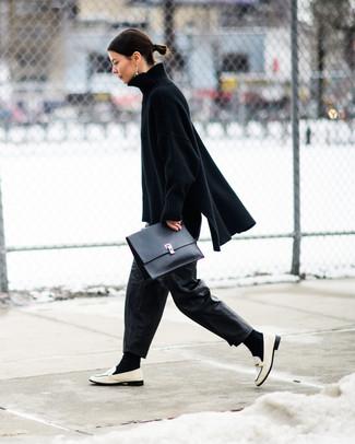 Cómo combinar unos pantalones anchos de cuero negros: Usa un jersey oversized de punto negro y unos pantalones anchos de cuero negros para conseguir una apariencia relajada pero chic. ¿Te sientes valiente? Usa un par de mocasín de cuero blancos.
