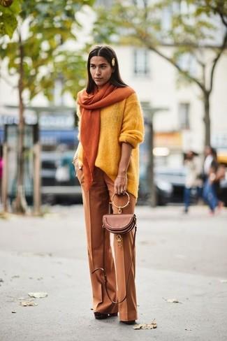 Cómo combinar: jersey oversized amarillo, pantalones anchos en tabaco, zapatos de tacón de ante gruesos marrónes, bolso bandolera de cuero marrón