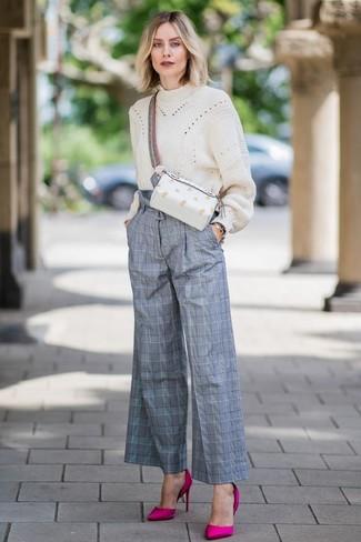 Cómo combinar: jersey oversized de punto en beige, pantalones anchos de tartán grises, zapatos de tacón de satén rosa, riñonera de cuero blanca