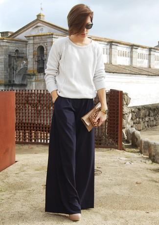 Look de moda: Jersey oversized de punto blanco, Pantalones anchos negros, Zapatos de tacón de cuero en beige, Cartera sobre de cuero marrón claro