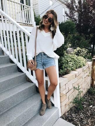 Cómo combinar: jersey oversized blanco, pantalones cortos vaqueros azules, botines de ante grises, bolso bandolera de cuero marrón claro