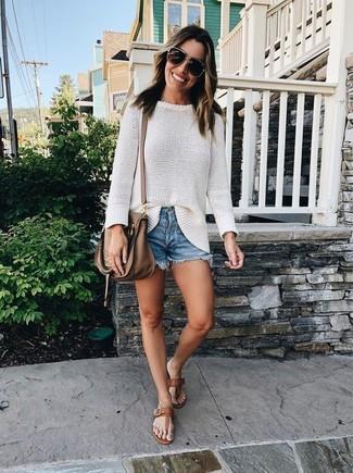 Cómo combinar: jersey oversized blanco, pantalones cortos vaqueros azules, sandalias de dedo de cuero marrónes, bolso bandolera de cuero marrón