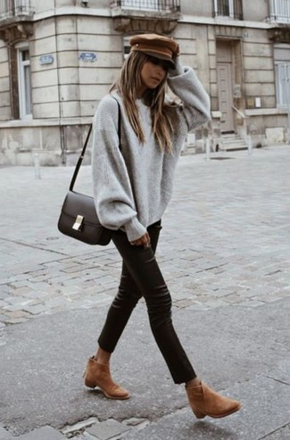Cómo combinar: jersey oversized gris, pantalones pitillo de cuero negros, botines de ante marrón claro, bolso bandolera de cuero en marrón oscuro