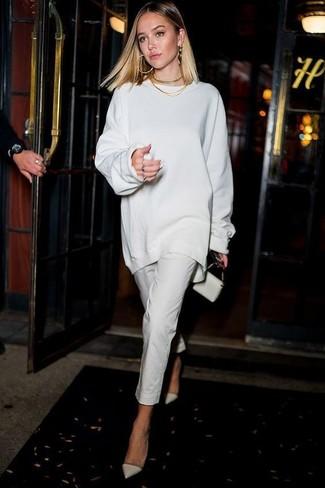 Un jersey oversized blanco y unos pantalones pitillo blancos son el combo perfecto para llamar la atención por una buena razón. ¿Te sientes valiente? Haz zapatos de tacón de cuero blancos tu calzado.