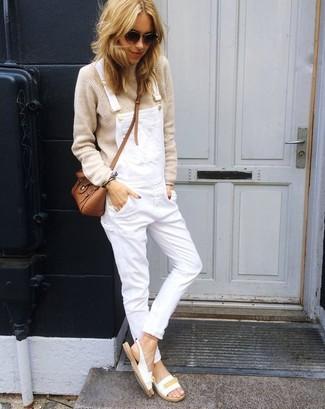 Cómo combinar: jersey oversized en beige, peto vaquero blanco, sandalias planas de cuero blancas, bolso bandolera de cuero marrón