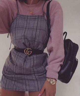 Cómo combinar: jersey oversized de punto rosado, pichi de tartán gris, mochila de cuero negra, correa de cuero negra