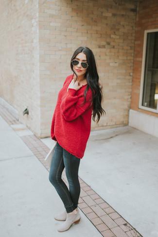Elige por la comodidad con un jersey oversized rojo y unos vaqueros pitillo negros de mujeres de Mango. Este atuendo se complementa perfectamente con botines chelsea de ante grises.