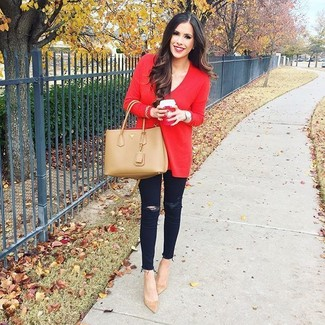 Cómo combinar: jersey oversized rojo, vaqueros pitillo desgastados negros, zapatos de tacón de ante marrón claro, bolsa tote de cuero marrón claro