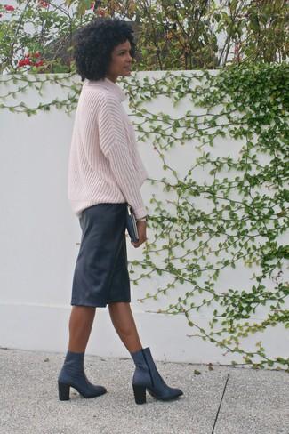 Cómo combinar: jersey oversized de punto rosado, falda lápiz de cuero negra, botines de cuero azul marino, cartera sobre de cuero azul marino