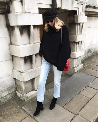 Cómo combinar: jersey oversized de punto negro, vaqueros celestes, botines de ante negros, bolso bandolera de cuero rojo