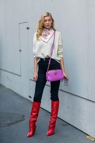 Cómo combinar: jersey oversized gris, vaqueros pitillo negros, botas de caña alta de cuero rojas, bolso bandolera de cuero morado