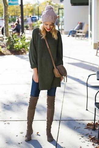Cómo combinar: jersey oversized verde oscuro, vaqueros pitillo azul marino, botas sobre la rodilla de ante marrónes, bolso bandolera de cuero marrón