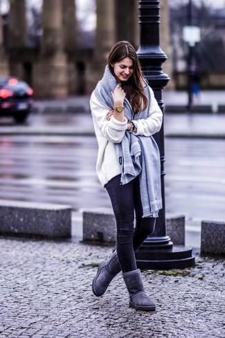 Cómo combinar: jersey oversized blanco, vaqueros pitillo negros, botas ugg en gris oscuro, bufanda gris