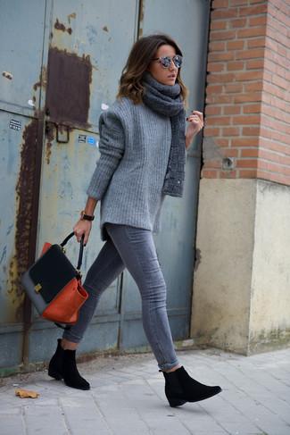 Cómo combinar: jersey oversized de punto gris, vaqueros pitillo grises, botines chelsea de ante negros, bolso de hombre de ante negro
