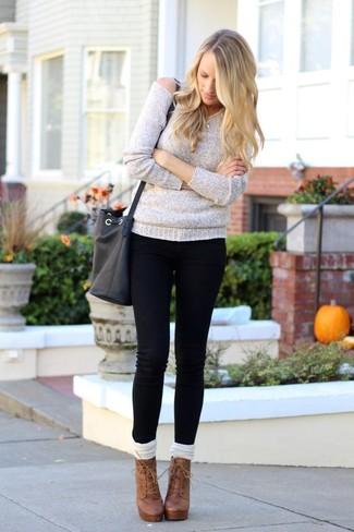 Cómo combinar: jersey oversized gris, vaqueros pitillo negros, botines con cordones de cuero marrónes, calcetines hasta la rodilla blancos