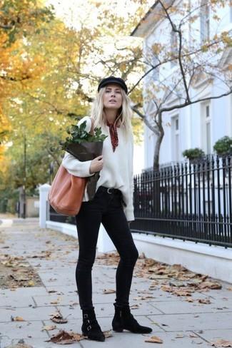 Cómo combinar: jersey oversized blanco, vaqueros pitillo negros, botines de ante negros, bolsa tote de cuero en tabaco