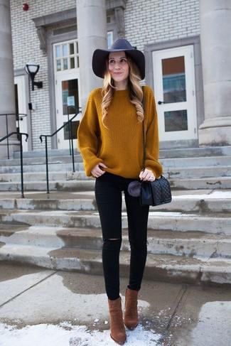 Cómo combinar: jersey oversized de punto en tabaco, vaqueros pitillo desgastados negros, botines de ante marrónes, bolso bandolera de cuero acolchado negro