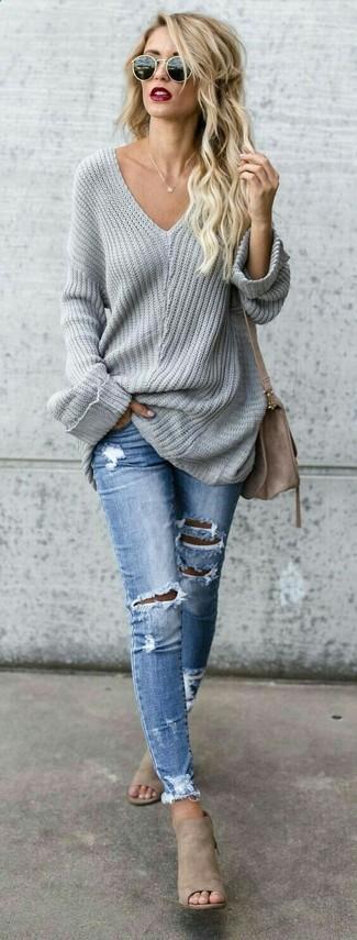 Cómo combinar un jersey oversized gris: Elige un jersey oversized gris y unos vaqueros pitillo desgastados celestes para un look agradable de fin de semana. Opta por un par de chinelas de ante en beige para mostrar tu lado fashionista.