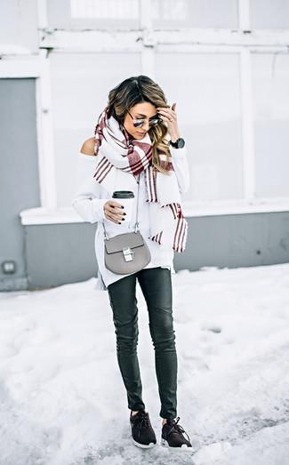 Cómo combinar: jersey oversized blanco, vaqueros pitillo de cuero negros, deportivas en marrón oscuro, bolso bandolera de cuero gris