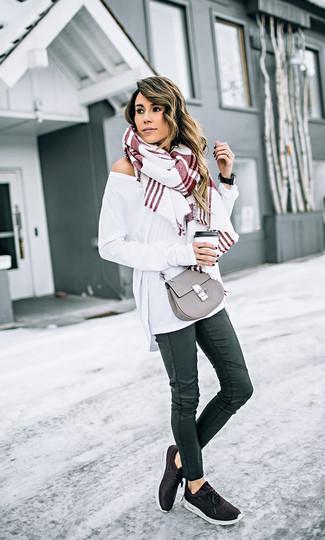 Cómo combinar: jersey oversized blanco, vaqueros pitillo de cuero negros, deportivas negras, bolso bandolera de cuero gris