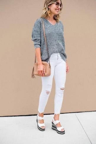 Cómo combinar: jersey oversized gris, vaqueros pitillo desgastados blancos, sandalias con cuña de cuero blancas, bolso bandolera de cuero marrón claro
