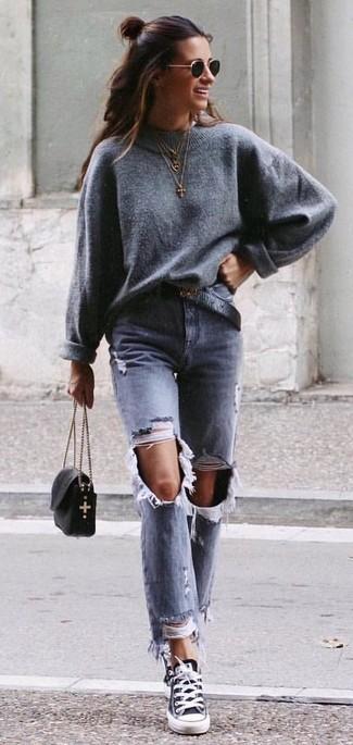 Cómo combinar un jersey oversized gris: Usa un jersey oversized gris y unos vaqueros desgastados grises para un look agradable de fin de semana. Tenis de lona en negro y blanco son una opción muy buena para complementar tu atuendo.