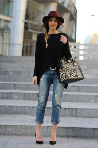 Cómo combinar: jersey oversized negro, vaqueros desgastados azules, zapatos de tacón de ante negros, bolsa tote de ante en beige