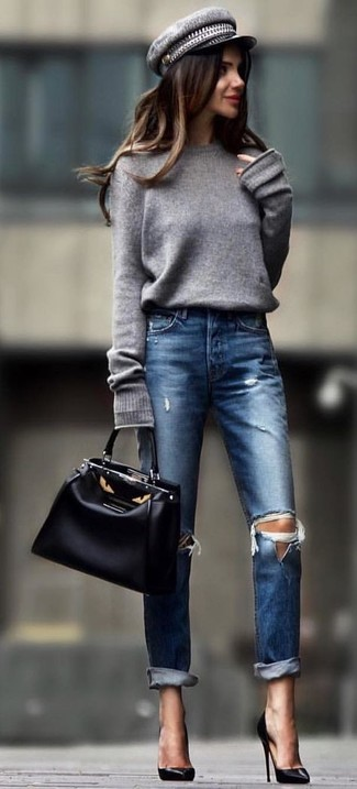 Cómo combinar un jersey oversized gris: Elige un jersey oversized gris y unos vaqueros desgastados azul marino transmitirán una vibra libre y relajada. Zapatos de tacón de cuero negros son una opción grandiosa para completar este atuendo.