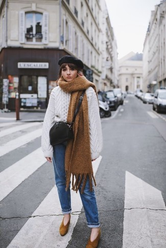Cómo combinar: jersey oversized de punto blanco, vaqueros azules, zapatos de tacón de ante marrónes, bolso bandolera de cuero negro