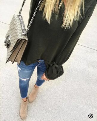 Cómo combinar: jersey oversized verde oscuro, vaqueros pitillo desgastados azules, botines de ante marrón claro, bolso de hombre de lona estampado en beige