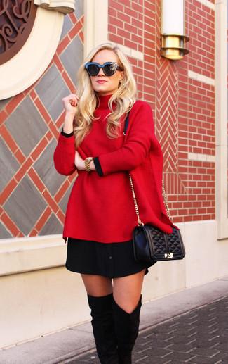 Un jersey oversized rojo y un reloj dorado de Diesel son una gran fórmula de vestimenta para tener en tu clóset. Agrega botas sobre la rodilla de ante negras a tu apariencia para un mejor estilo al instante.