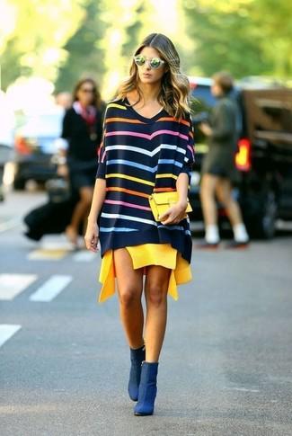 Cómo combinar: jersey oversized de rayas horizontales en multicolor, vestido casual amarillo, botines de nubuck azul marino, cartera sobre amarilla