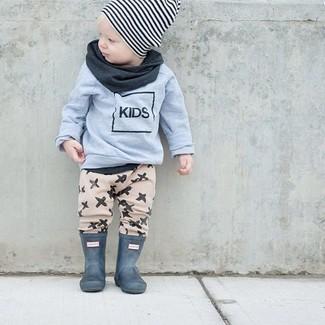 Cómo combinar: jersey gris, pantalón de chándal en beige, botas de lluvia verde oscuro, gorro de rayas horizontales en blanco y negro