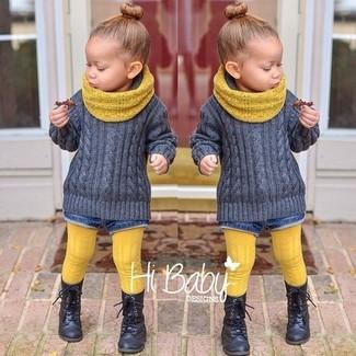 Cómo combinar: jersey gris, pantalones cortos vaqueros azules, botas negras, bufanda amarilla